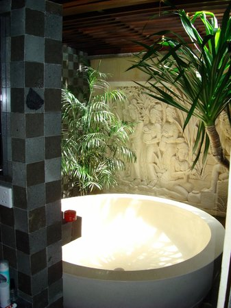 Gending Kedis Villas & Spa Estate : the bathroom of the suite