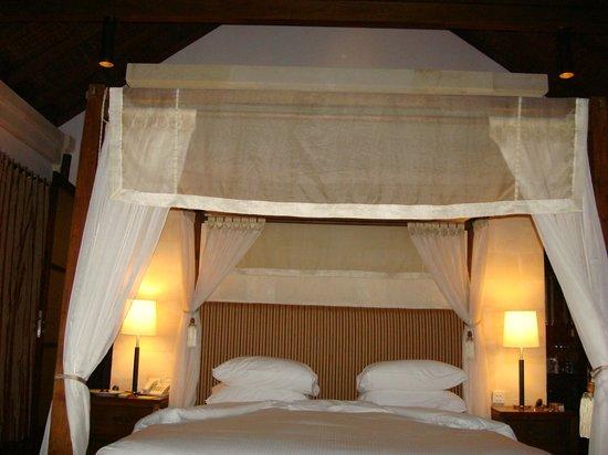 Gending Kedis Villas & Spa Estate: the bedroom of the suite