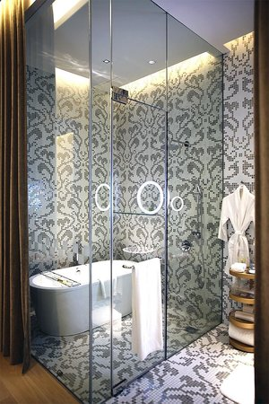 Macalister Mansion: Bath and shower