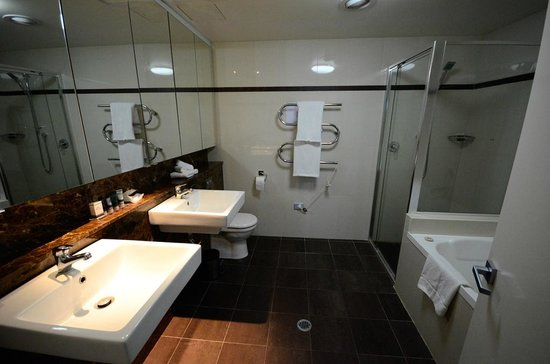 Meriton Serviced Apartments World Tower: bathroom. wow.