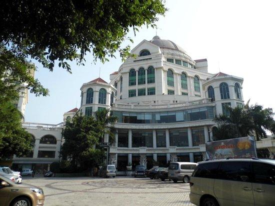 Garden Hotel: Hotel View from Parking