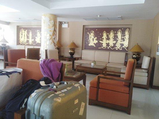 Mariya Boutique Residence at Suvarnabhumi Airport: 広くはありませんが清潔で明るいロビーです