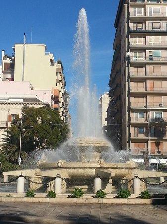 Taranto, Itália: La fontana di Piazza Ebalia