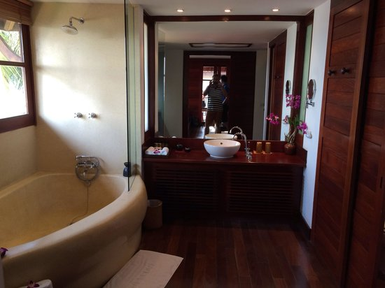 Belmond Napasai: Bathroom in villa