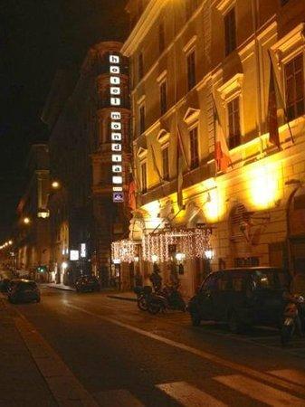 Hotel Mondial : 夜のホテル外観。オペラ座側から