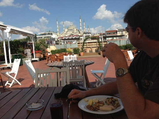 Armada Istanbul Old City Hotel : View of the Blue Mosque, eating breakfast on the rooftop terrace