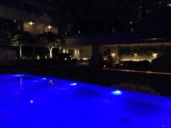 The Modern Honolulu: 夜のプールサイド