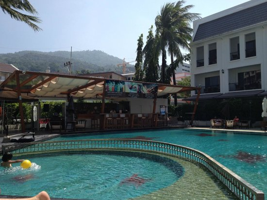 Sawaddi Patong Resort & Spa: Pool & Bar