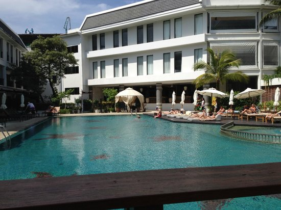 Sawaddi Patong Resort & Spa: Pool and hotel