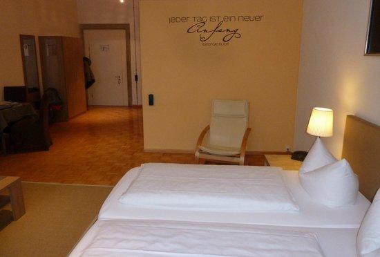 """Apartment Hotel Konstanz: Zimmer mit Logo """" Jeder Tag ist ein neuer Anfang """""""