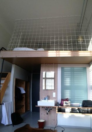 Michelberger Hotel: Badkamer zit in de blok met het melkglas