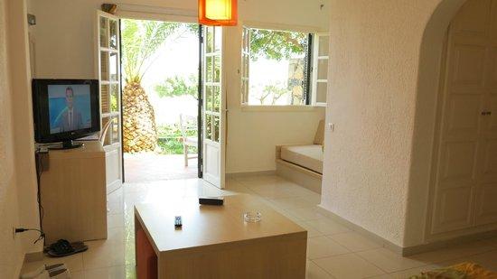 Elounda Palm Hotel: Ma Chambre avec porte fenêtre donnant sur petite terrase et vue sur Mer.