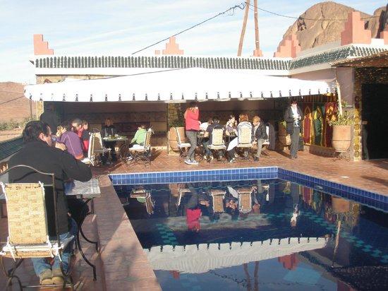Auberge La Terrasse des Delices: petit déjeuner au bord de la piscine