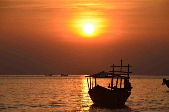 Golden Sand Hotel: Sunset at the nearest beach...