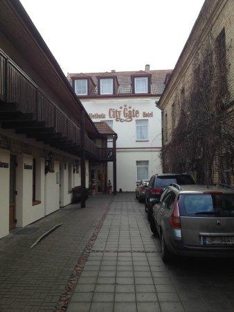 Best Eastern City Gate: внутренняя парковка и вход в отель из дворика
