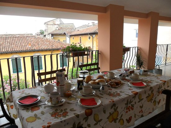 colazione , terrazza coperta - Picture of B&B Belfiore, Lonato del ...