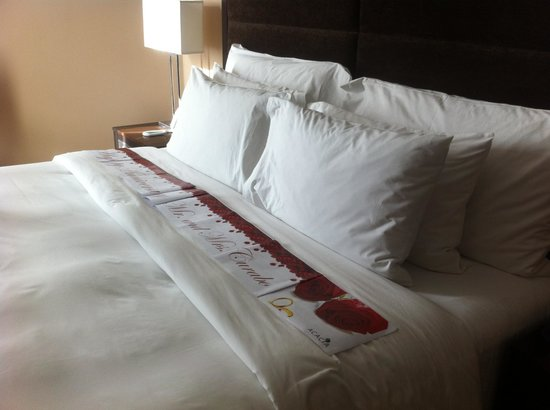 Acacia Hotel Manila: Banner on the king-sized bed