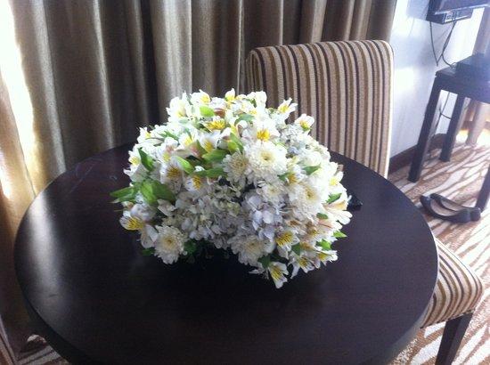 Acacia Hotel Manila: Flower bouquet on coffee table