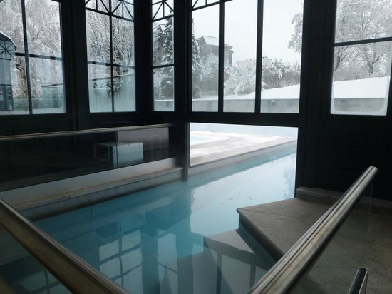 Hotel Mont-Blanc: Access to the swimming pool