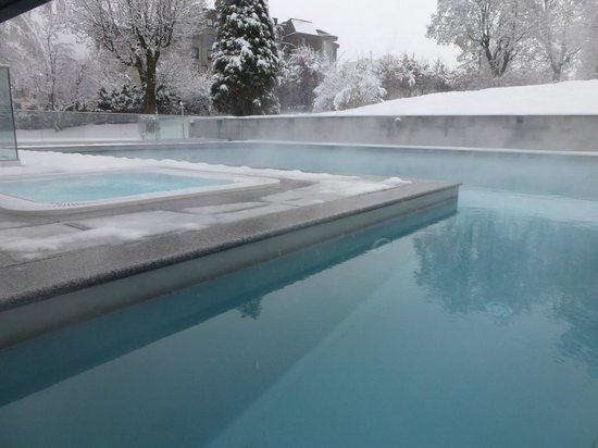Hotel Mont-Blanc: Jaccuzzi access is not easy with the snow (need to climb from the swimming pool!)