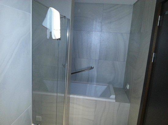 LaSagrada : Слева душевая по центру ванна