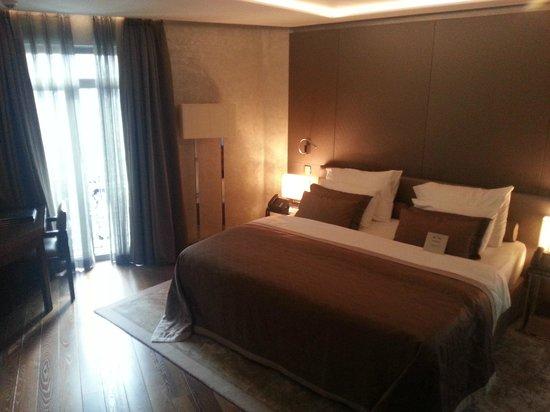 LaSagrada : Вид на кровать и угловое окно