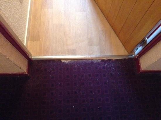 Residence Le Rond Point des Pistes: worn carpet and loose trim