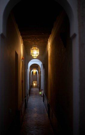 Les Jardins de la Medina: hallway