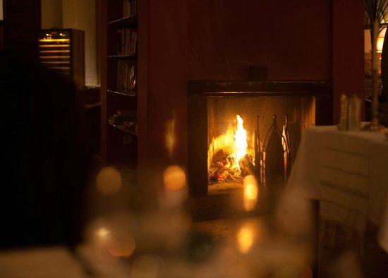 Les Jardins de la Medina: dining room fireplace