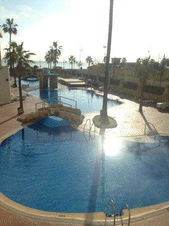 Marconfort Beach Club Hotel : Uitzicht op buitenzwembad en strand vanuit de lobby