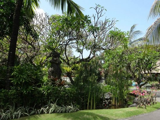 Sol Beach House Benoa Bali by Melia Hotels International : The beautiful hotel grounds