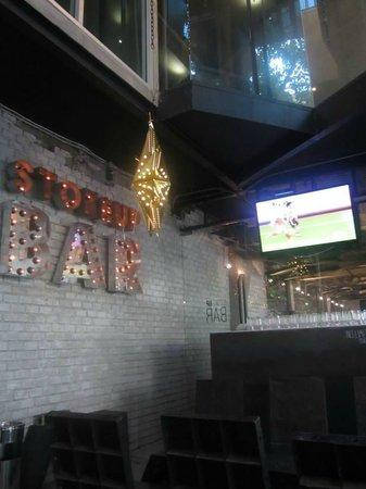 Thrive The Hostel Bangkok: The outside bar area