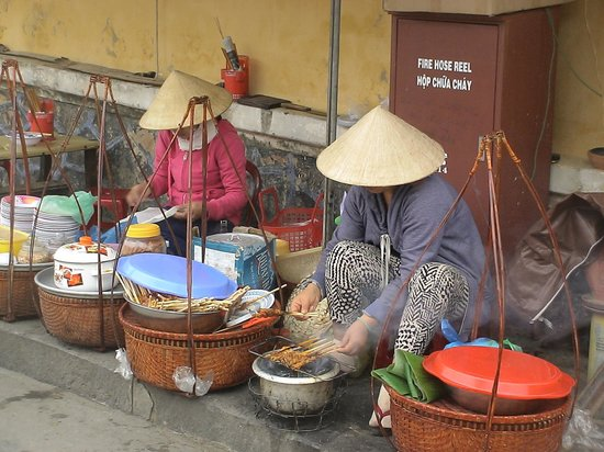 Hoi An Ancient Town : Βιετναμέζες πωλούν φρούτα και ετοιμάζουν και πρόχειρα γεύματα