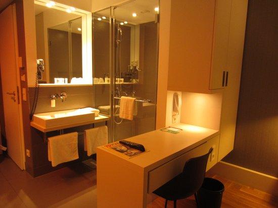 Hotel AMANO: shower