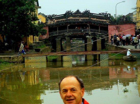 Hoi An Ancient Town : Με φόντο την πανέμορφη και παμπάλαια γέφυρα, δωρεά των Ιαπώνων στην πόλη Χόι Αν