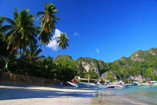 Rosanna's Pension: Stretch of sand along Bacuit Bay