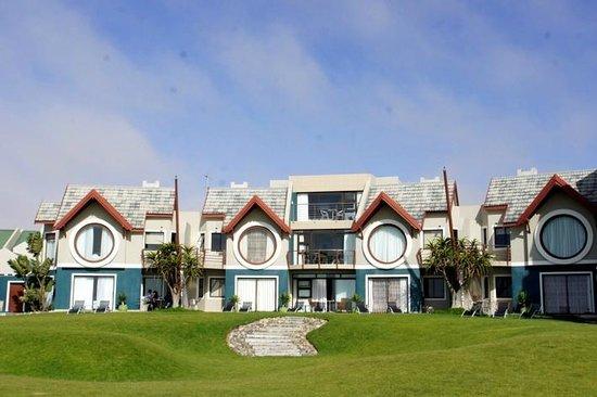 Beach Lodge Swakopmund: Blick von Strand. die Beiden großen Fenster in der Mitte gehören zur Familiensuite
