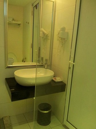 Hotel Sentral Georgetown: Small bathroom