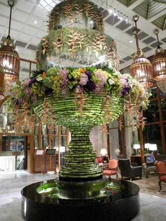 Mandarin Oriental, Bangkok: imposanter Blumenschmuck in der stilvollen Lobby