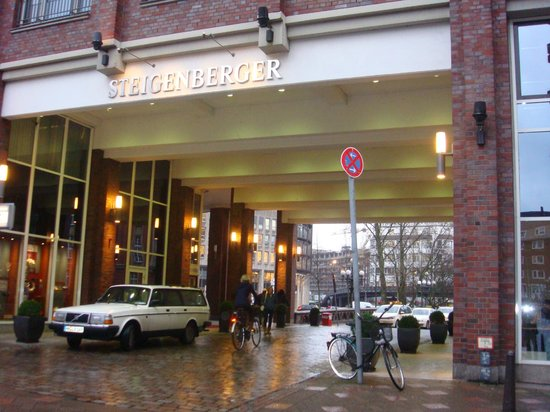 Steigenberger Hotel Hamburg: Front of the hotel.