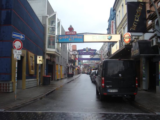 Steigenberger Hotel Hamburg: road off Reeperbahn - smoking in pubs allowed !
