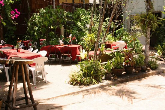 Coron Village Lodge: Dining in the garden area