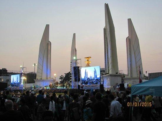 Ratchadamnoen Residence: Democracy Monument