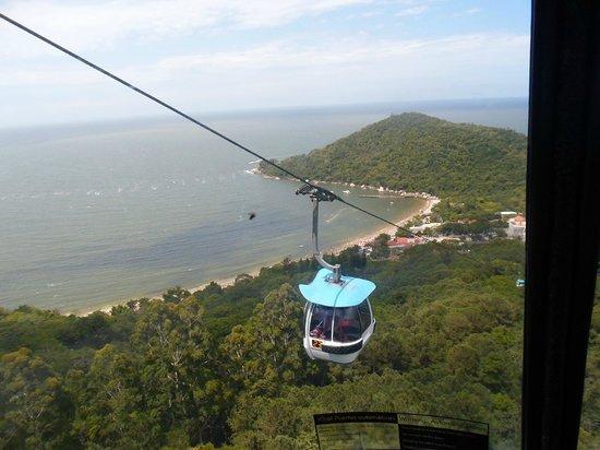 Praia das Laranjeiras: Praia de Laranjeiras vista dos bondinhos do Parque Unipraias
