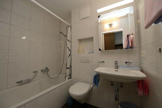 Ferienwohnungen Apartments Azur: Badezimmer mit Badewanne