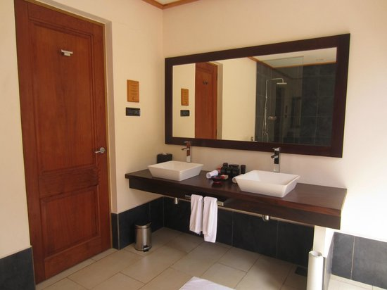 Vilamendhoo Island Resort & Spa: out door bathroom