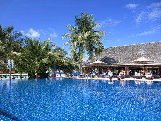 Vilamendhoo Island Resort & Spa: Sunset bar pool