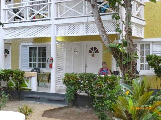 Merrils Beach Resort II : Zimmer mit Terasse