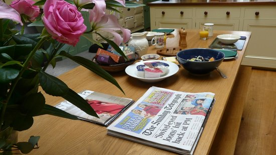 The Old Vicarage Bed & Breakfast: Relax with the papers over breakfast