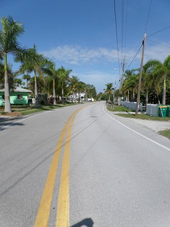 Weston's WannaB Inn: Gulf Blvd - leading to resort